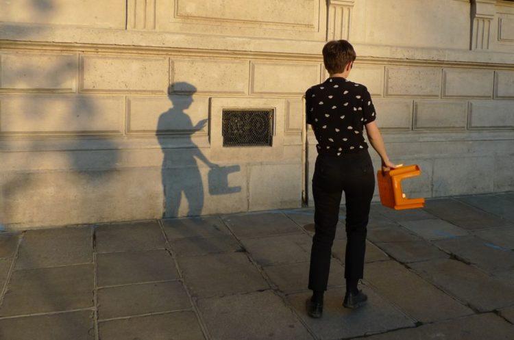 Céline Ahond. Au pied du mur, au pied de la lettre - AWARE